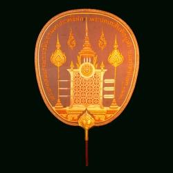ตาลปัตรพัดรองที่ระลึกงานพระราชพิธีบรมราชาภิเษกรัชกาลที่ 7 (ด้านหน้า)